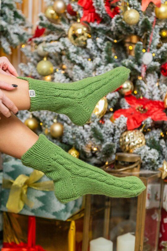 Зеленые вязанные носки
